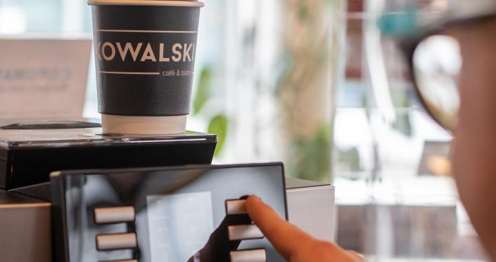 Kaffee zum Mitnehmen im Kowalski Kitzbühel