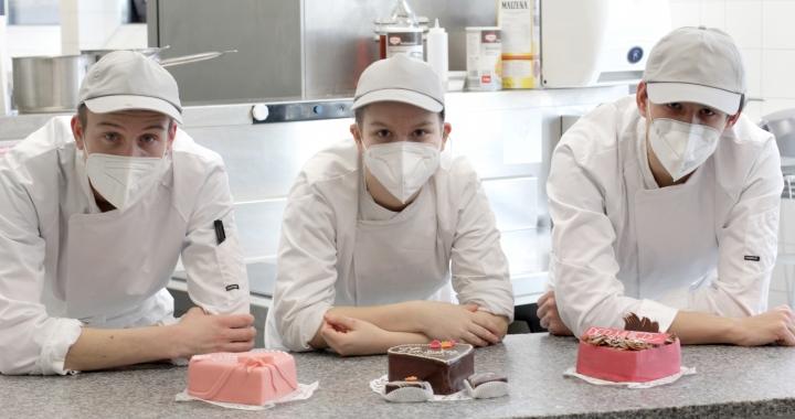 Kulinarium Mitarbeiter mit Muttertagstorten